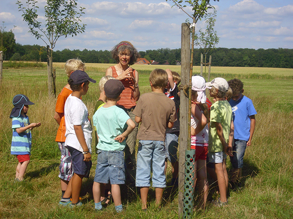 Caroline Rothe mit Kindern auf einer Wiese