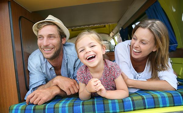 Familie im Campingbus